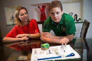 Fábio, 13, hemofílico, e sua mãe, Mariana Battazza Freire, vice da federação de hemofilia Fabio Braga/Folhapress